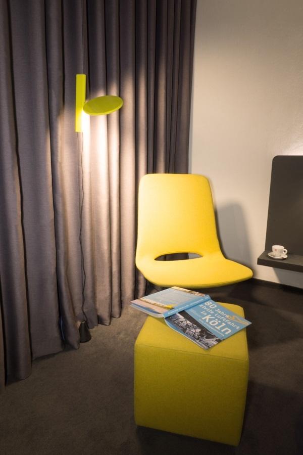 Zimmer Stuhl + Buch