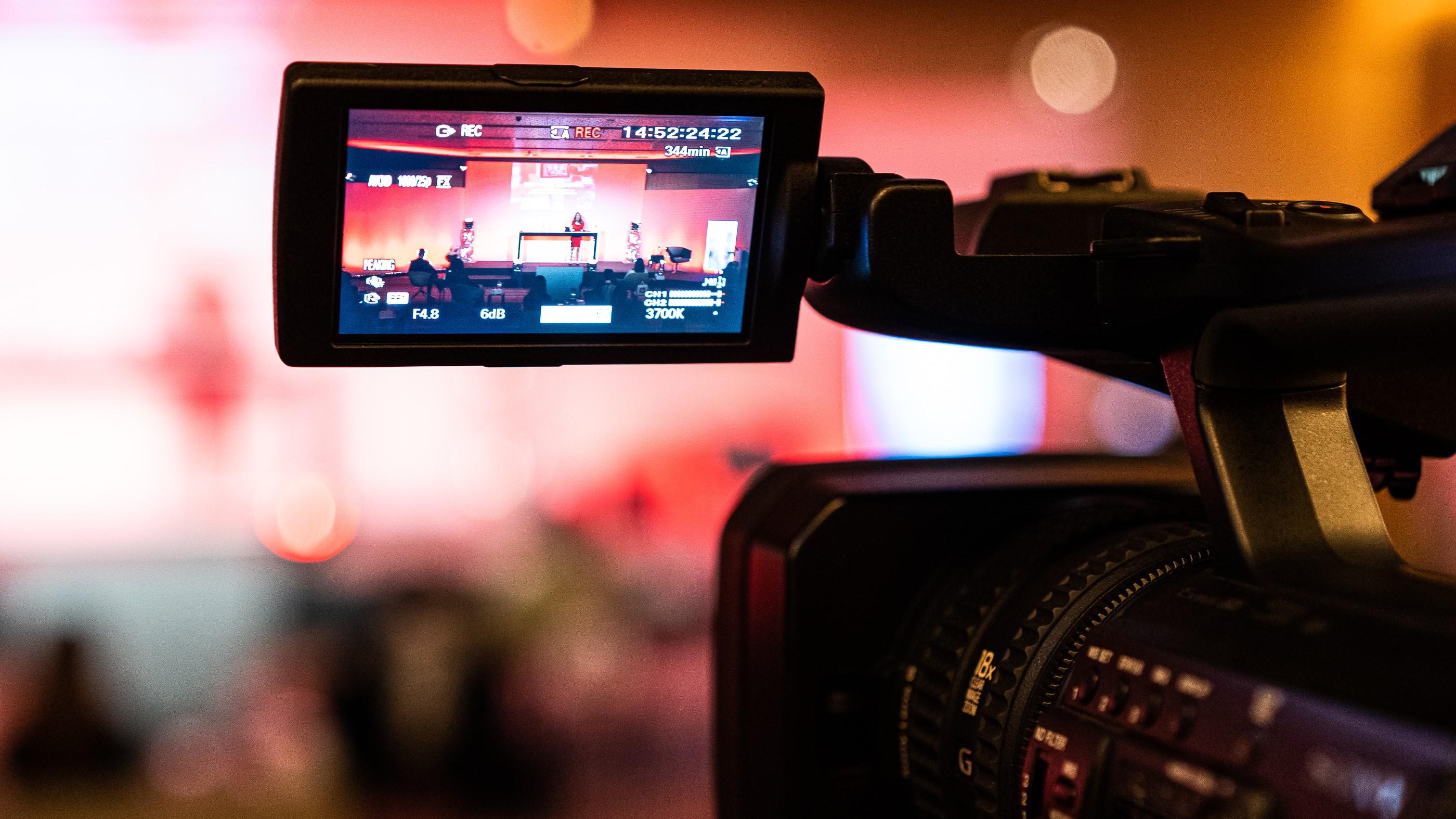Kamera-filmt-eine-Veranstaltung